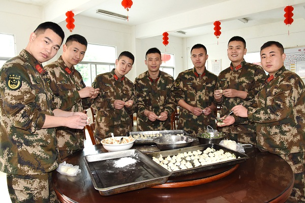 精心组织包饺子,既改善伙食、又愉悦节日气氛。.JPG