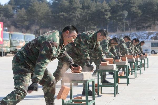 传统科目的硬气功是警卫官兵的看家本领。聂俊娜摄.jpg